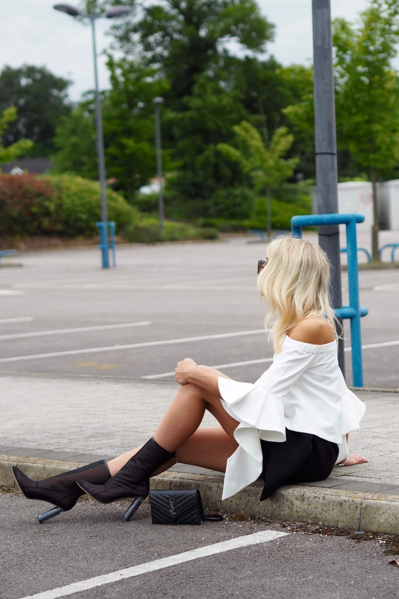 top uk fashion blogger Charlotte Buttrick from Lurchhoundloves in minimal outfit
